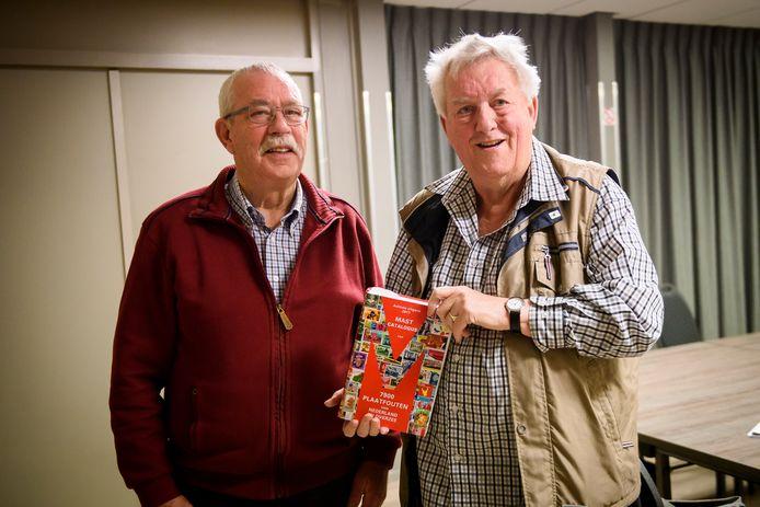 Cor van Ham (rechts) stopt na 52 jaar met ruilbeurs, naast hem opvolger Wim Kraaijvanger.