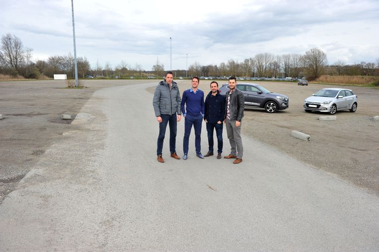 Dieter Eerens en zijn collega's van evenementenbureau Rawberry Group op het braakliggend stuk grond aan bioscoop Utopolis.