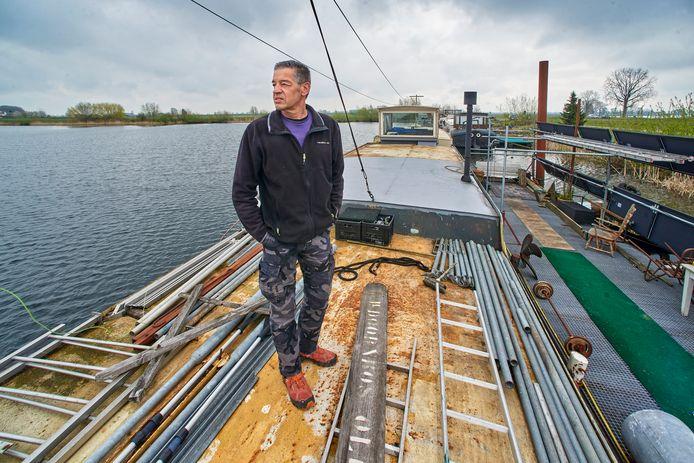 Veerman Paul van Ballegooij leeft in stilte op een woonboot in de Maas om het verlies van zijn dierbare vriendin Jose van Oorschot. Over zijn levenswijze maakt Gijs Roozen uit Vorstenbosch de documentaire 'Heen en Weer'.