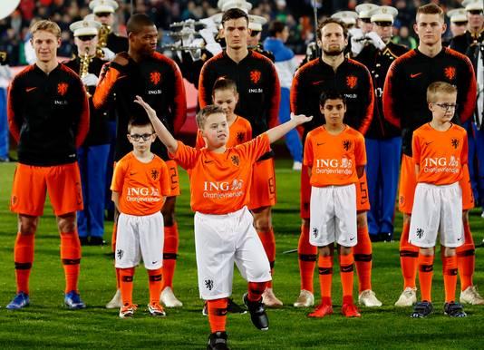 Ontspannen gezichten bij de spelers en mascottes van Oranje voor de wedstrijd tegen Frankrijk (2-0 winst).