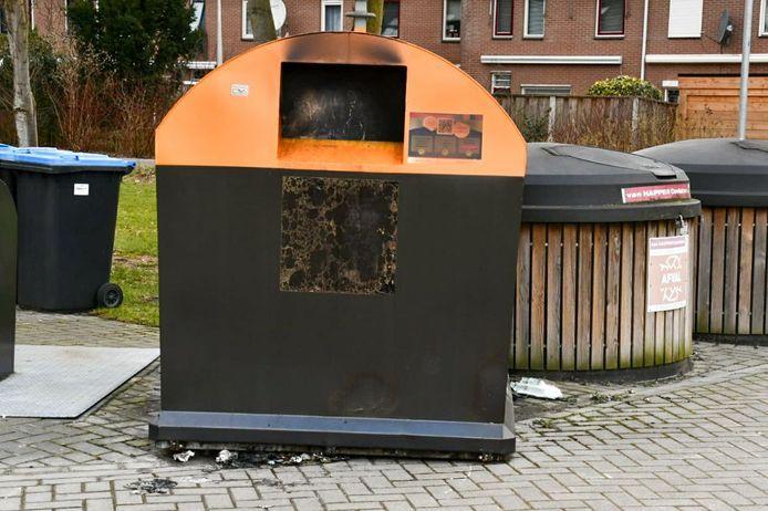 Een in brand gestoken container bij Erve Leppink aan de rand van Enschede-Zuid.