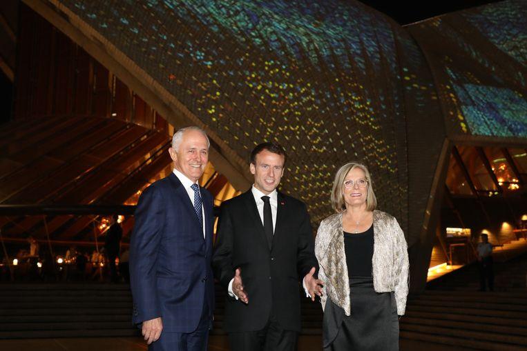 De Australische minister-president Malcolm Turnbull, de Franse president Emmanuel Macron, en Lucy, de vrouw van Turnbull. Beeld Photo News