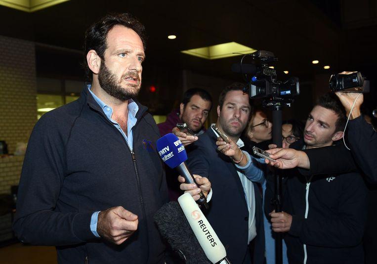 Formule 1-persvoorlichter Matteo Bonciani informeert journalisten over de situatie van Bianchi. Beeld afp