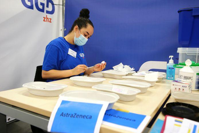 Een GGD-medewerker haalt het vaccin uit een ampul. Deze foto is gemaakt in februari bij de opening van priklocatie De Hoefslag toen er nog gevaccineerd werd met AstraZeneca.