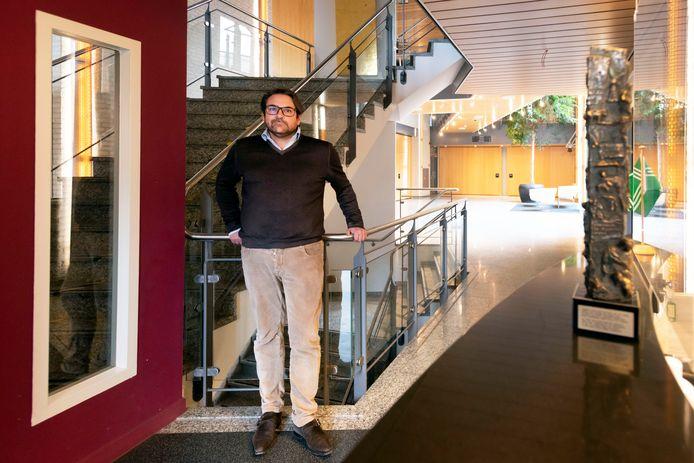 Bas van Essen, makelaar uit Haaren, was de eerste huurder die dit jaar in het oude gemeentehuis van Haaren trok.