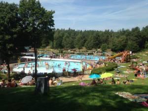Zwemmers in Bosbad Leersum schrikken van bezoeker met nazi-symbolen op lichaam