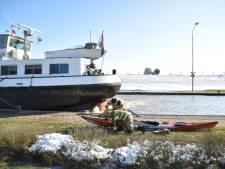 Kano slaat om op de Rijn, inzittende onderkoeld uit het water gehaald