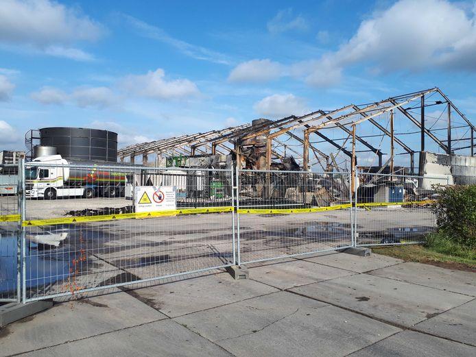 De compleet uitgebrande loods van Apple Industries in Marknesse