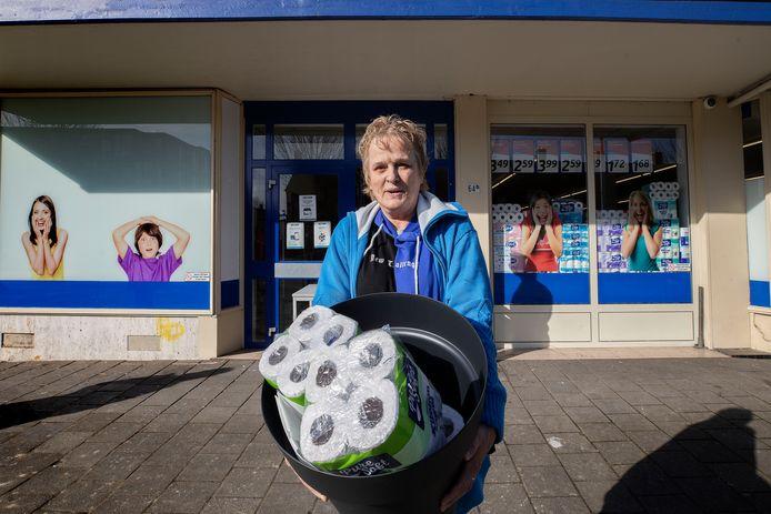 Eindhoven - Het afhaalpunt van Action is een succes. Ankie van Haaren moest nog wel even 16 keukenrollen bestellen om aan het minimumbedrag van 15 euro te komen.