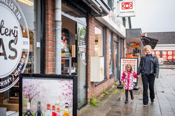 Ook in Den Ham en Vriezenveen (foto) gaan de winkels bij wijze van proef zes keer per jaar open op zondag.