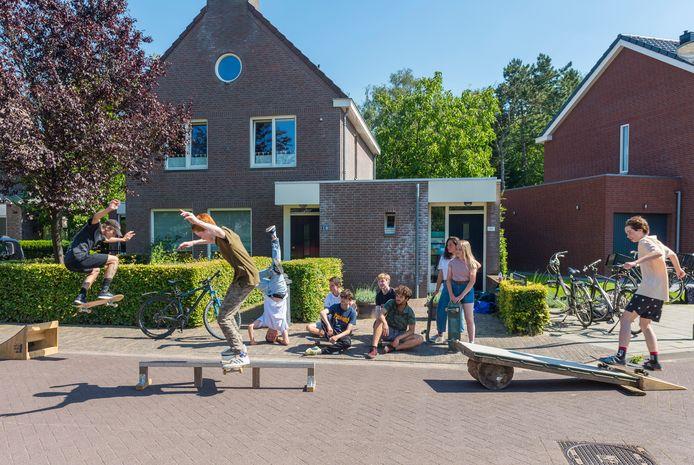 Jongeren skaten op het Laar met zelfgemaakte attributen.