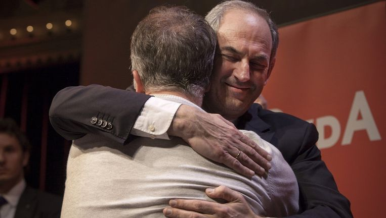 Job Cohen omhelst Wouter Bos na afloop van een korte speech. Foto Dingena Mol Beeld