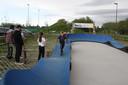 Met de step op de pumptrack van het pop-upjeugdpark.