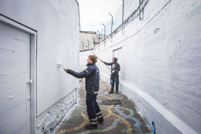 Het graffitistraatje zoals het er gisterenochtend uitzag, nadat het volledig wit werd geschilderd.