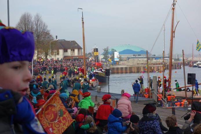 Wachten op Sinterklaas. Het is koud aan het water in Harderwijk.