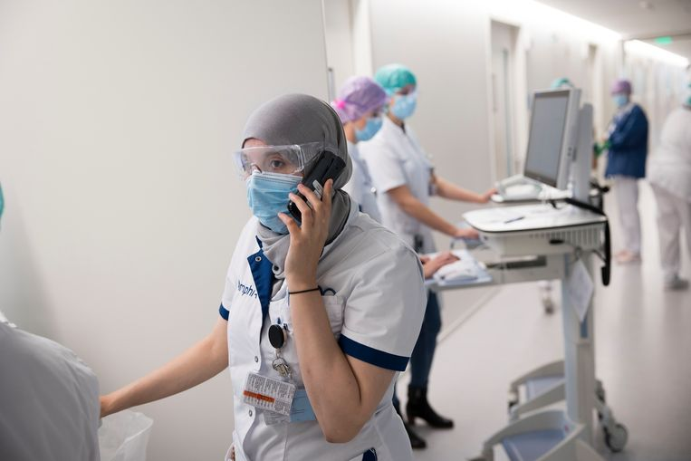 Verpleegkundigen op de corona-afdeling van het Bredase Amphia-ziekenhuis.    Beeld Arie Kievit