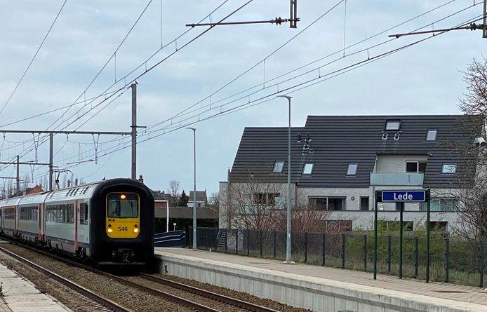 In de buurt van het station van Lede stond maandagavond een trein in panne.