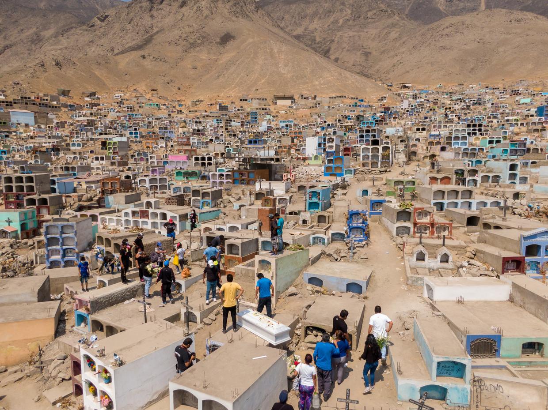 Veel Peruanen vermoedden al dat de officiële cijfers niet klopten, omdat het aantal begrafenissen niet in verhouding stond tot de officiële dodentallen door corona.