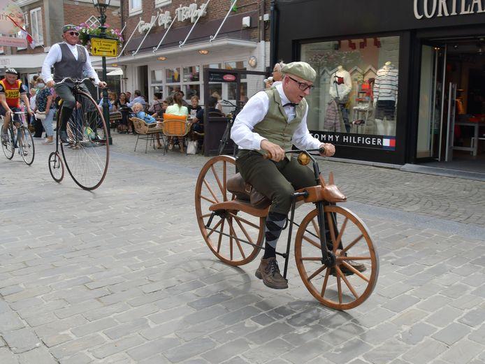 Arie Liefhebber gaat met de replica van de historische Macmillan-fiets de finish over in Sluis.