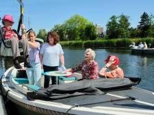 Dankzij speciale tillift zit Sonja van Vliet voor het eerst in tien jaar weer op een boot: 'Mijn man was zeeman'