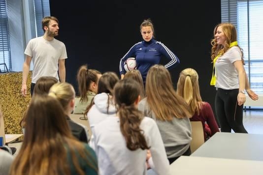 Rik, Marloes en Annemarieke van Helder Theater tijdens de try-out op het Sondervick College in Veldhoven.
