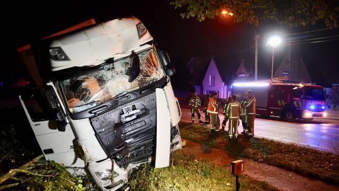 Trucker valt in slaap, ramt vier bomen maar blijft ongedeerd
