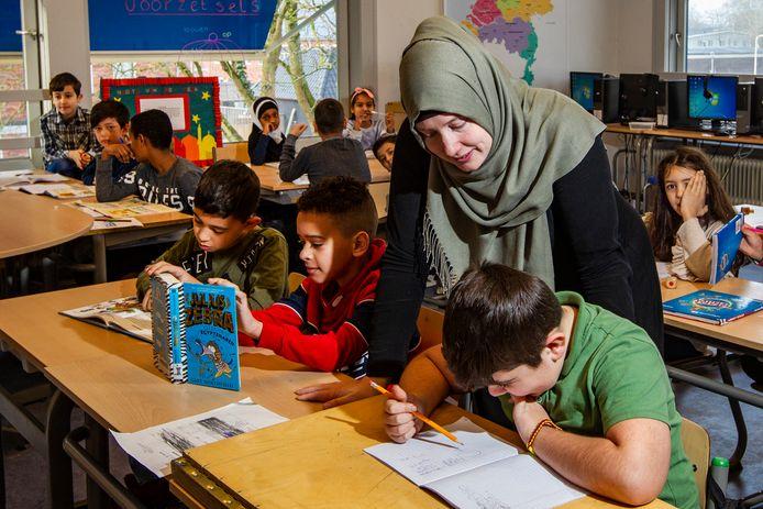 Een beeld uit islamitische basisschool De Zonnebloem in Deventer : Juf Lotte helpt Mikail.