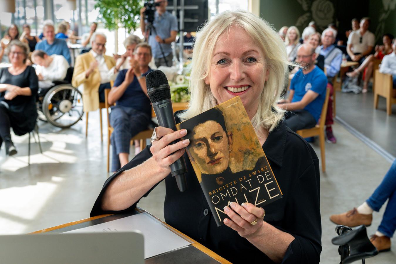 Brigitte de Swart bij de presentatie van haar eerste boek 'Omdat de Muze' in de Verkadefabriek.  Ze ging online in gesprek met schrijfster Mensje van Keulen, die het eerste exemplaar kreeg.