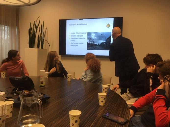 Leerlingen van het Dr. Mollercollege hebben de verkeersveiligheid van woonwijken onderzocht en doen aanbevelingen aan wethouder Ronald Bakker.