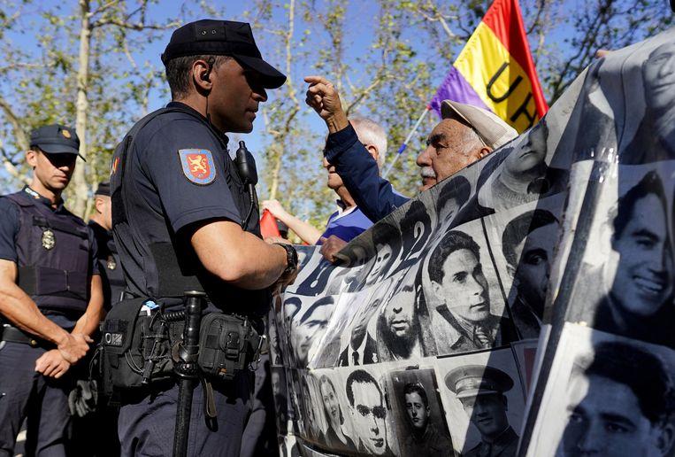 Protest in Madrid tegen het opgraven van het lichaam van dictator Franco. Beeld REUTERS
