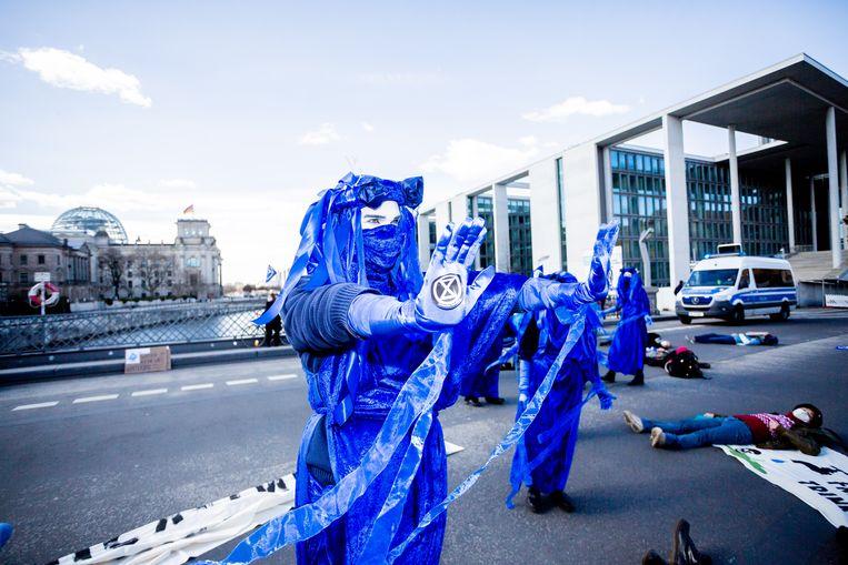 Activisten van Extinction Rebellion tijdens een demonstratie in Berlijn. Beeld Christoph Soeder/dpa