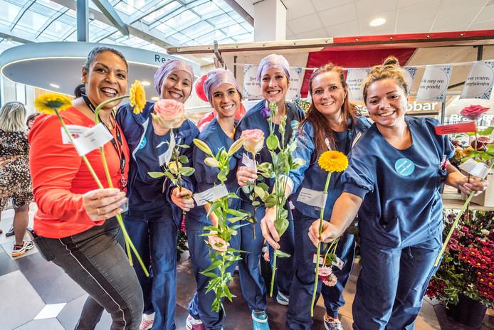 ▲Stakend personeel deelt bloemen uit aan bezoekers van het ziekenhuis.