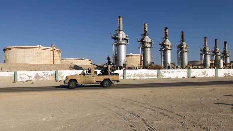 Libische milities bewaken een olieterminal in Zueitina in het oosten van het land, 2016. Beeld AFP