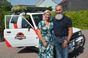 Anneke Buys en Eddy Van Puyvelde bij hun gepimpte terreinwagen van 26 jaar oud.