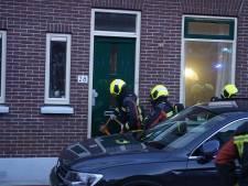 Brandweer beukt voordeur in en wekt slapende bewoner