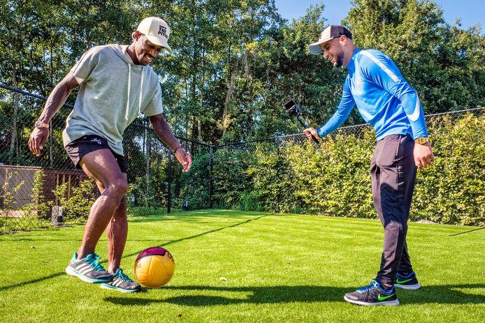Mounir Boualin (r) maakt met enige regelmaat vlogs, bij Helmond Sport, maar ook over andere voetbalitems.