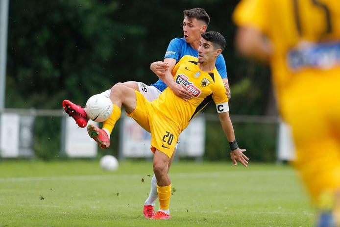 Dominik Oroz vecht om de bal.