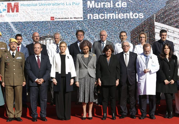 De Spaanse koningin Sofia toont haar medeleven tijdens een bezoek aan een ziekenhuis in La Paz. Beeld epa