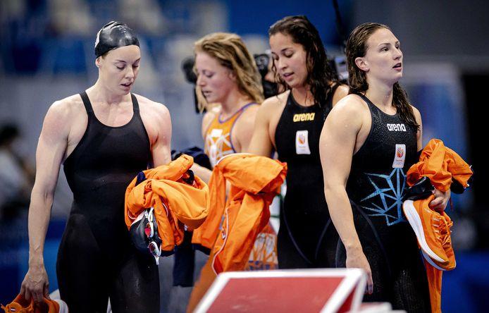 Kim Busch (rechts) is teleurgesteld na de finale 4x100 meter vrije slag. Verder van links naar rechts Femke Heemskerk, Kira Toussaint en Ranomi Kromowidjojo.