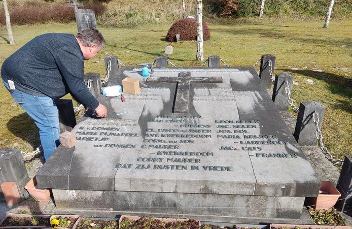Het monument wordt hersteld, de namen worden zorgvuldig verwijderd.