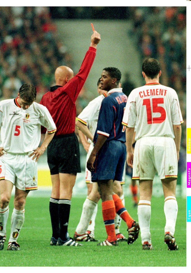Tijdens het WK in 1998 kreeg Kluivert in de wedstrijd tegen België een rode kaart, nadat hij Lorenzo Staelens een elleboog had gegeven. Staelens zou een opmerking hebben gemaakt over de eerdere verkrachtingszaak waar Kluivert bij betrokken was. Beeld ANP