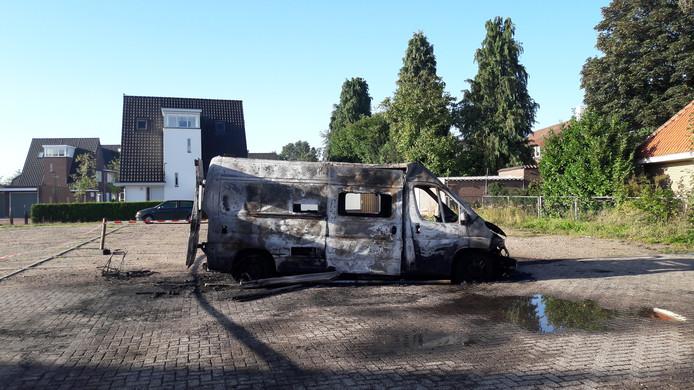 Het busje staat zaterdagochtend nog op zijn plek vanwege politie-onderzoek.