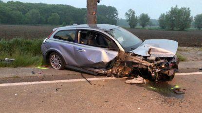 Vrouw half uur gekneld na crash tegen boom