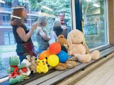 Afzwemmen zonder publiek maar met aanmoediging van knuffels Pikachu en Toet