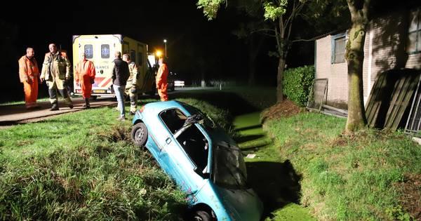 Twee gewonden bij eenzijdig ongeluk: auto duikt in sloot in Enspijk.