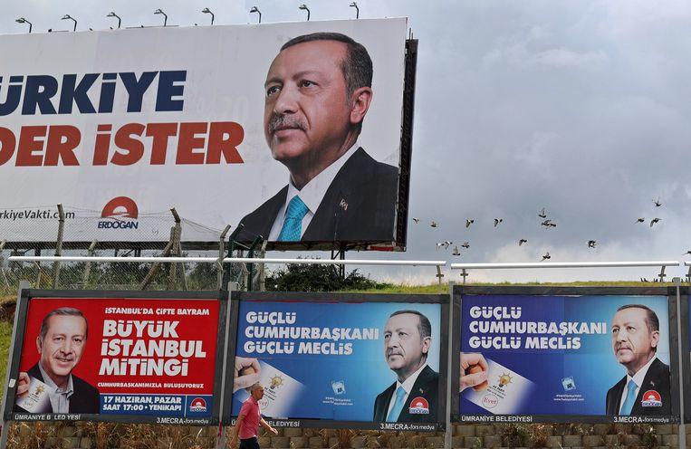 Campagneposters voor huidig Turks president Erdogan. Beeld EPA