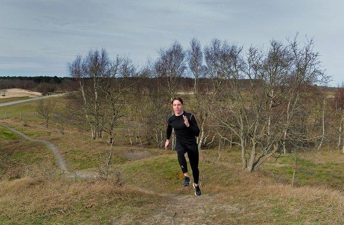 Aron Schott voert het tempo op, tijdens een individuele training in Burgh-Haamstede.