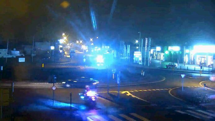 Een screenshot uit het filmpje. De bestuurder neemt de andere kant van de rotonde aan de Duinkerkseweg en Torhoutsesteenweg in Oostende.