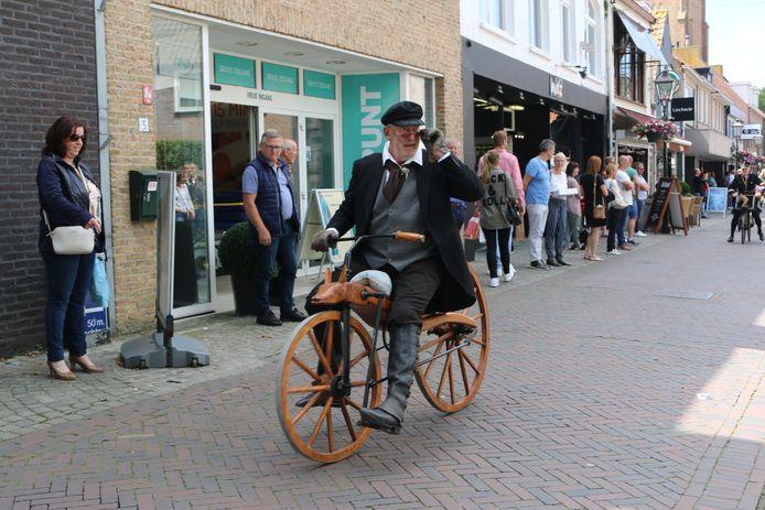 Toon Duyck zette in 2019 het werelduurrecord rijden op een historische MacMillan fiets.