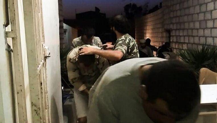Een foto die een jihadist op Twitter plaatste: gevangenen worden afgevoerd. Beeld AFP
